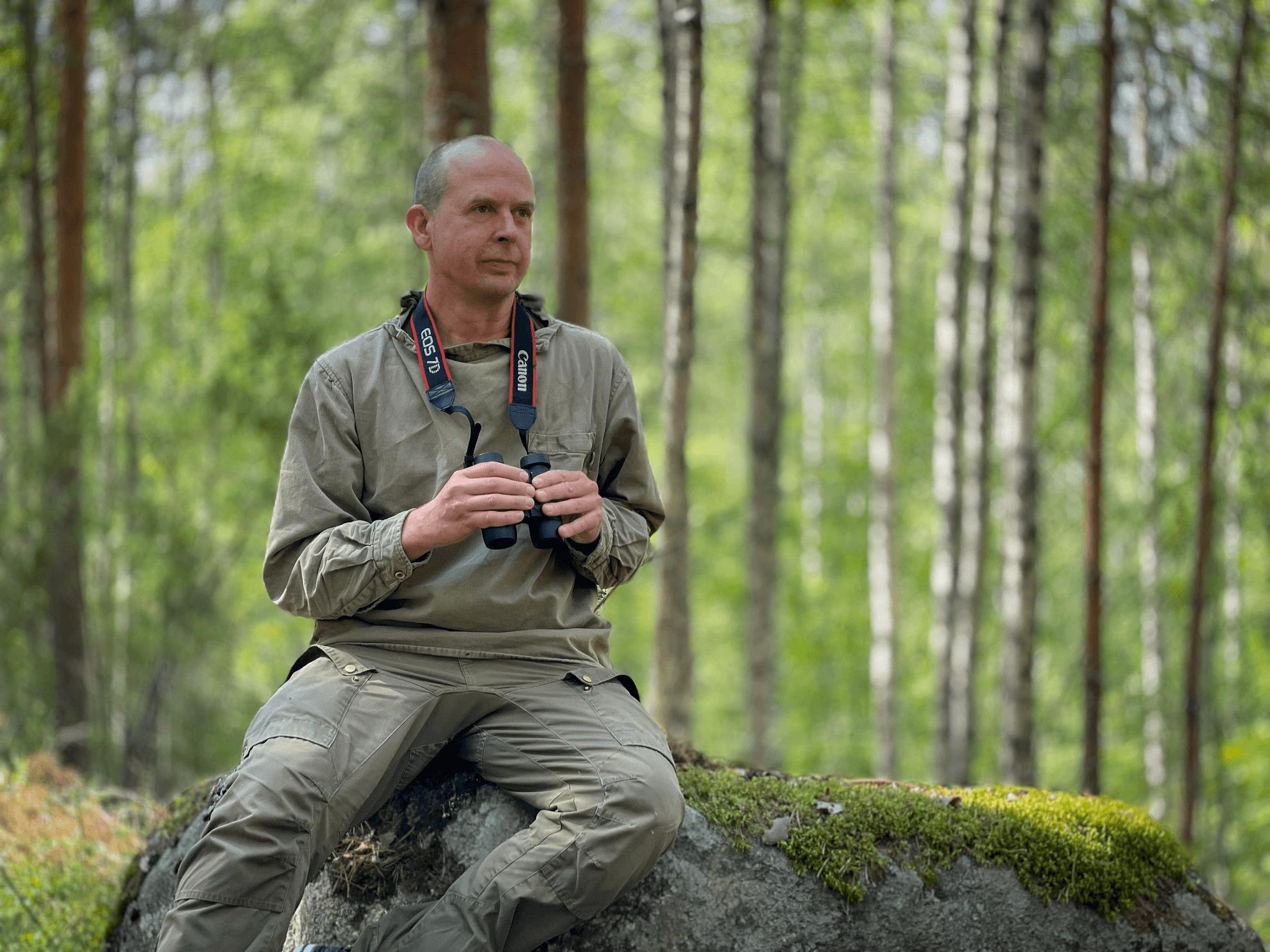 PLUPS:in vastavalittu toiminnanjohtaja metsäretkellä.