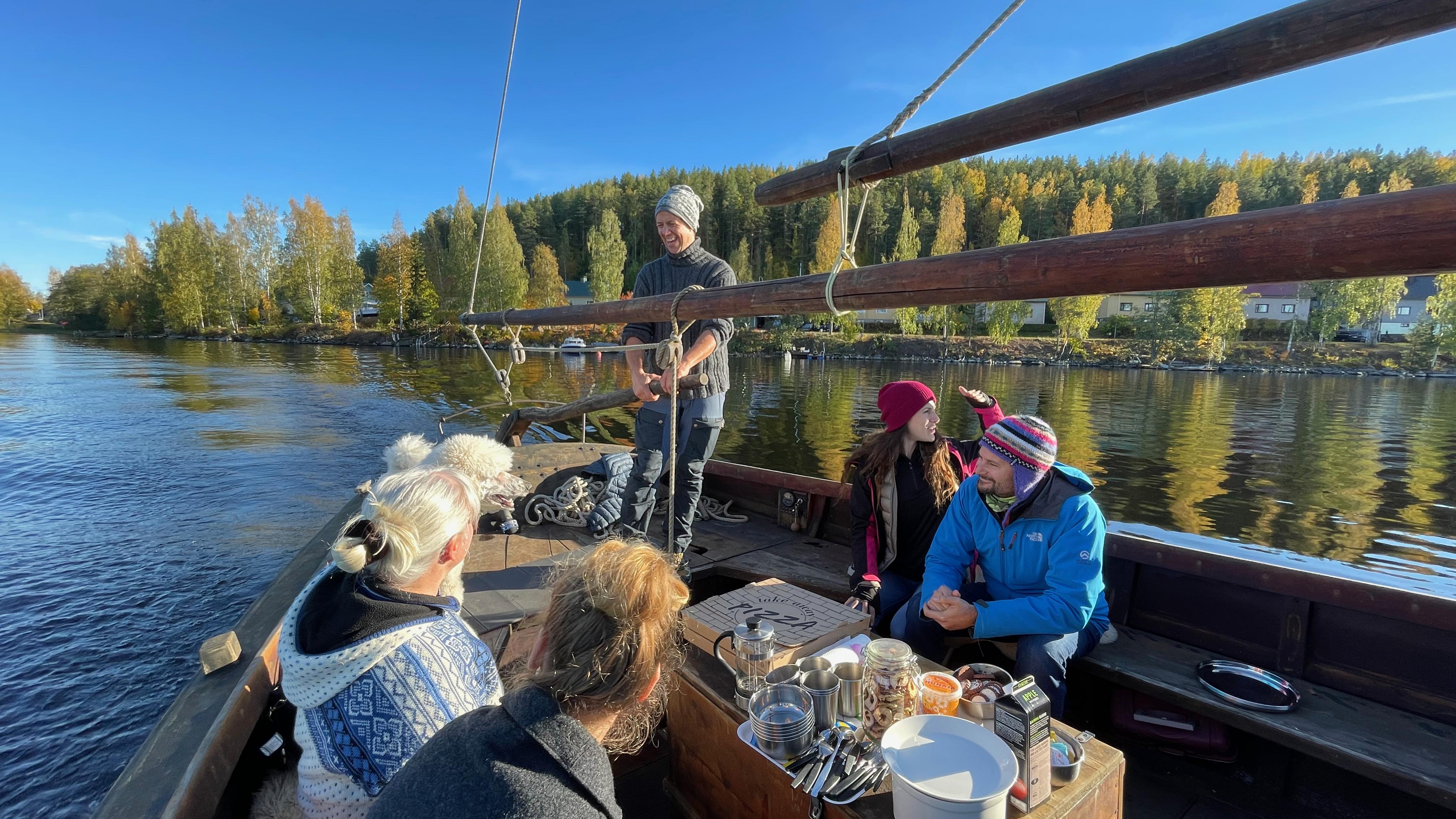 Matkalla Kaakkosaareen. Kuvassa vasemmalta oikealle: Anne Räisänen-Sokolowski, Hanna Semann, Manu Semann, Alana Alvarez ja Manuel Bustelo (kuva: Niko Nappu).